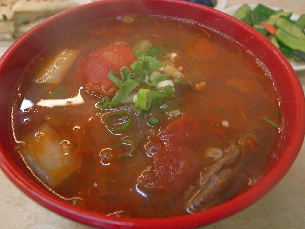 甘記蕃茄刀削麺のトマト牛肉麺の写真
