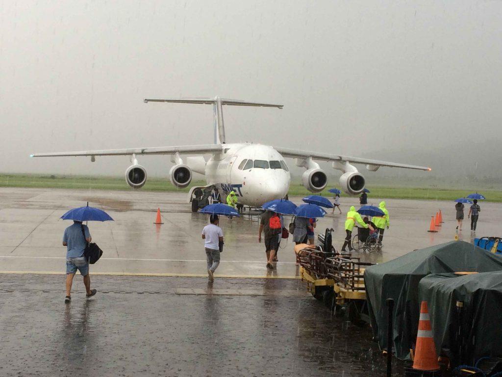 ブスアンガ島のフランシスコ・B/レイエス空港の大雨の写真