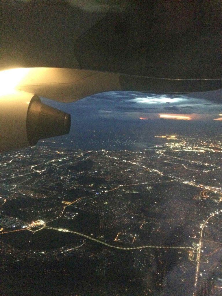 雨上がりの夜のマニラ上空の写真
