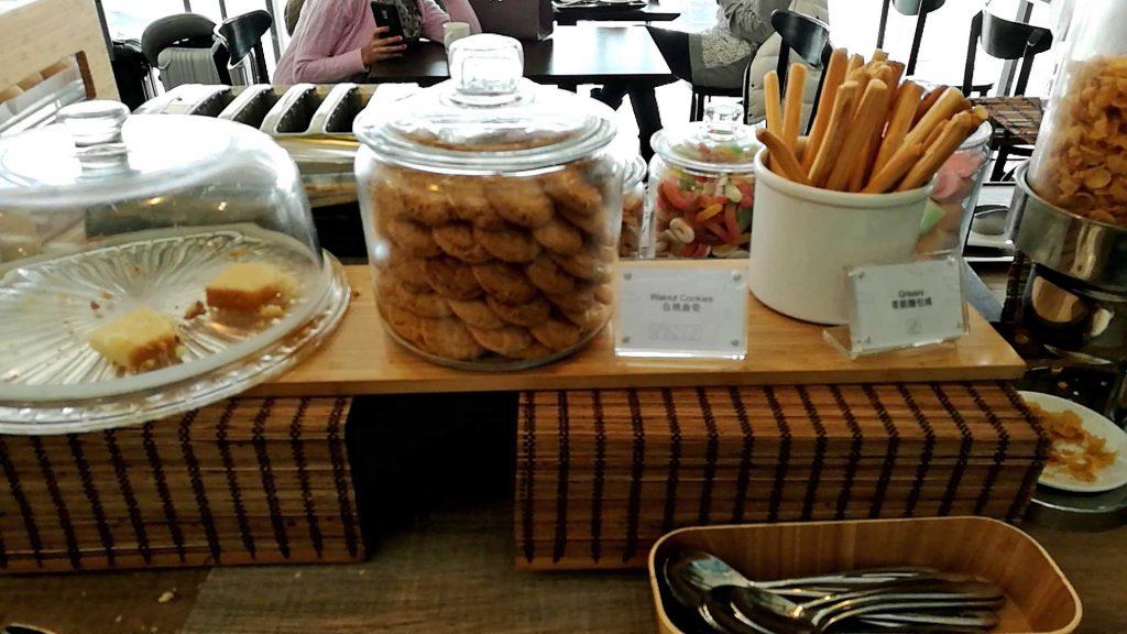 香港国際空港のT1プラザプレミアムラウンジのパンとクッキー