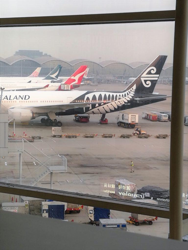 香港国際空港T1プラザプラミアムラウンジからニュージーランド航空を眺める