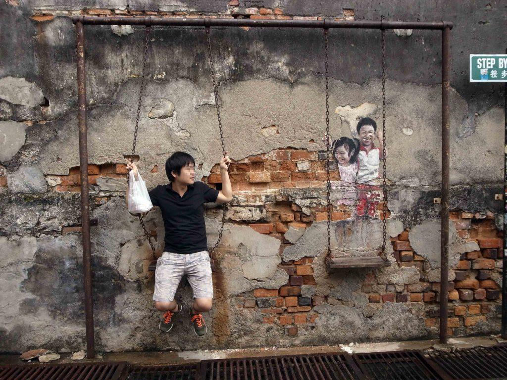 ペナンの壁画「ブランコに乗った子供」