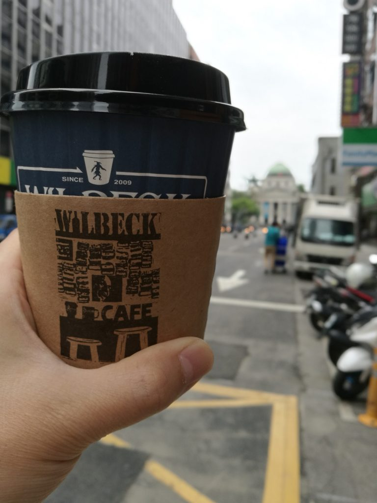 台北のコーヒーショップのウィルベックコーヒーのアメリカンをテイクアウトした写真