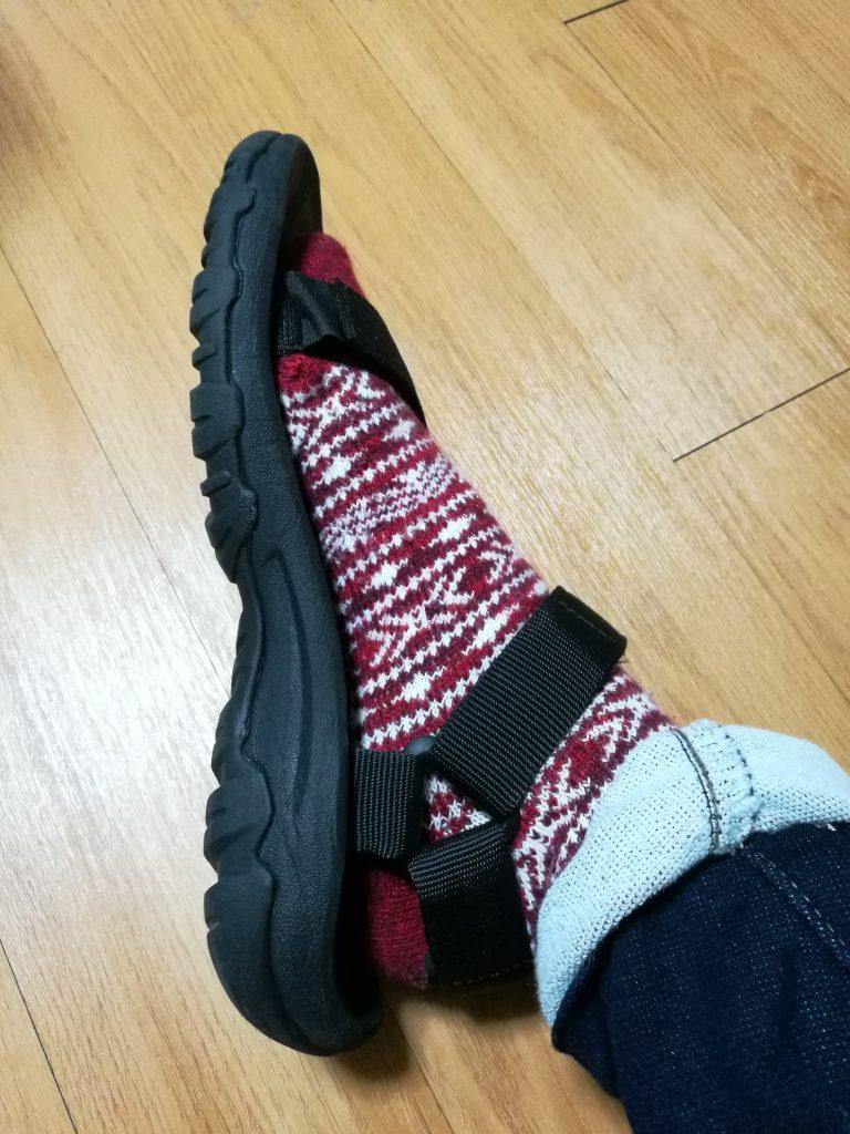 テバのサンダルのハリケーンを靴下の上から履いた写真