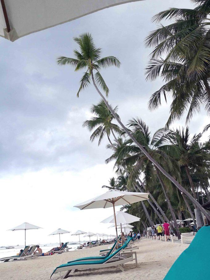 アローナビーチのデッキチェアの写真