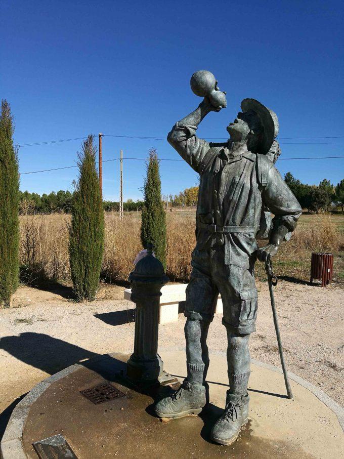 サンティアゴ巡礼の水を飲む人の彫像の写真