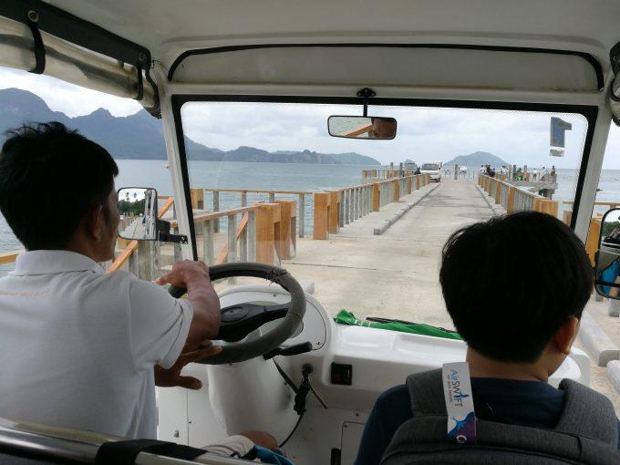 ミニロックリゾートのボートまでのバギーの写真