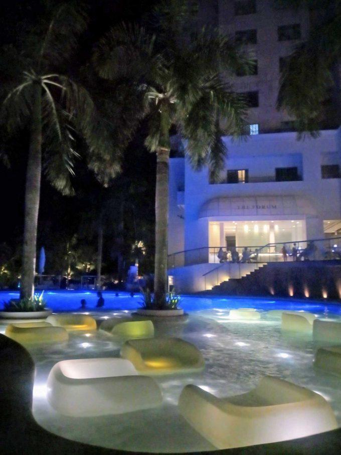 モーベンピックホテルマクタンアイランドセブの夜のプールの写真