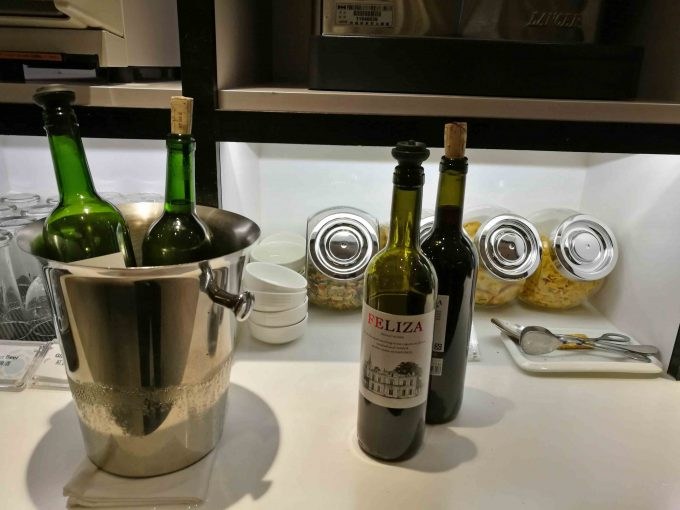 桃園空港ターミナル1のプレミアムラウンジのワインの写真