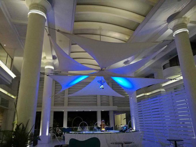 モーベンピックホテルマクタンアイランドセブのライトアップされたロビー写真