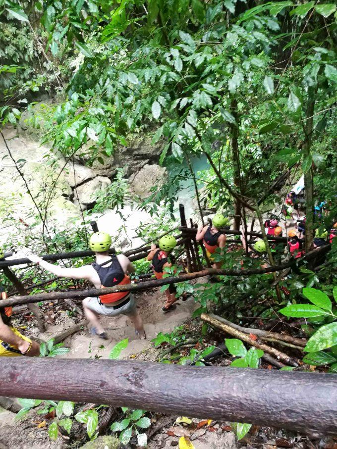 セブのバディアン渓谷のキャニオ二ングの写真
