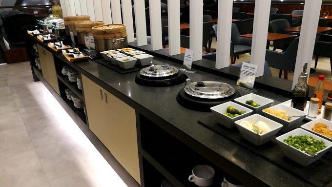 マニラ第1ターミナルのPAGSSラウンジの料理の写真