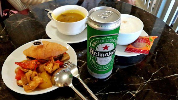 ウドンタニ空港のラウンジの食事の写真