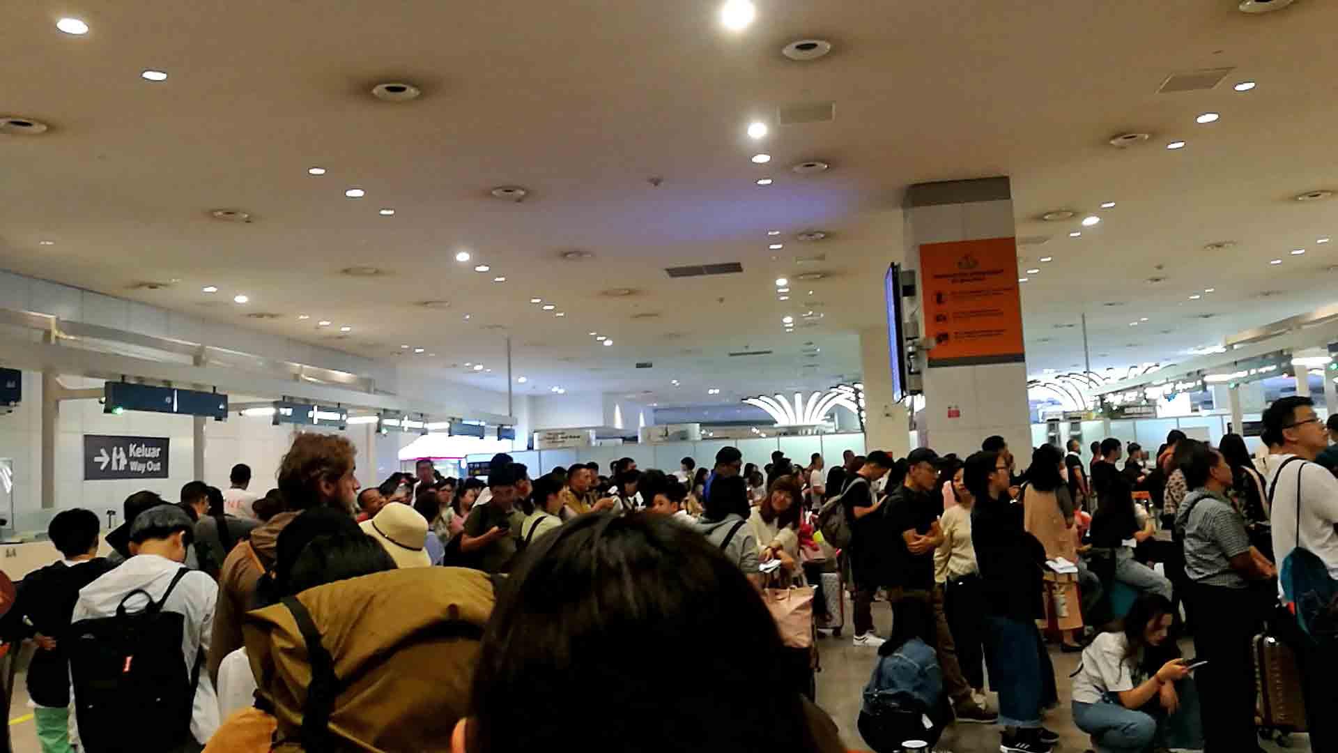 マレーシア入国審査待ちの写真