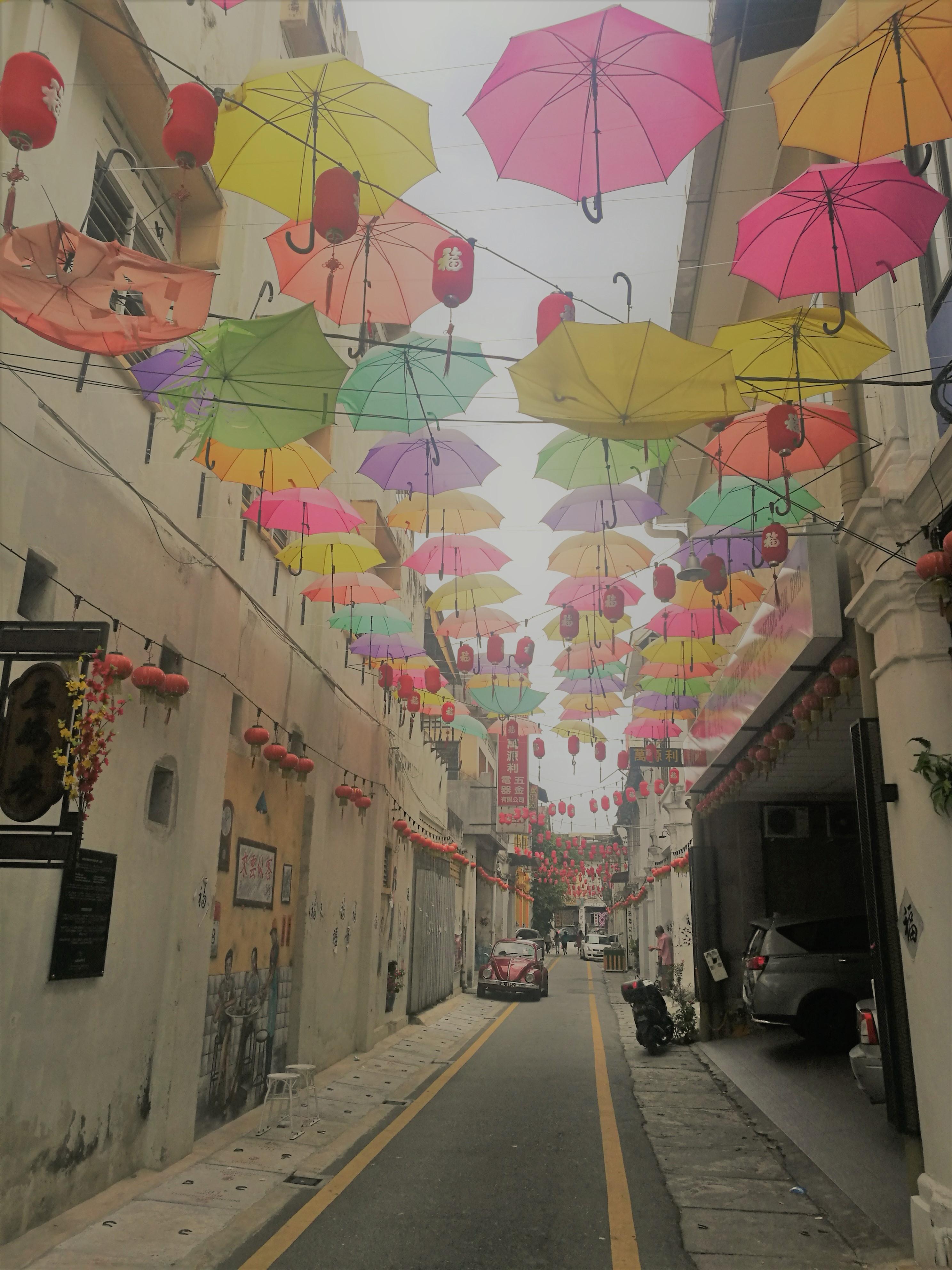 イポーの傘のインスタレーションの写真