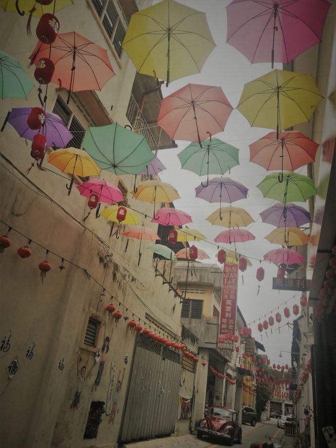 イポーの傘のインスタレーションアートの写真