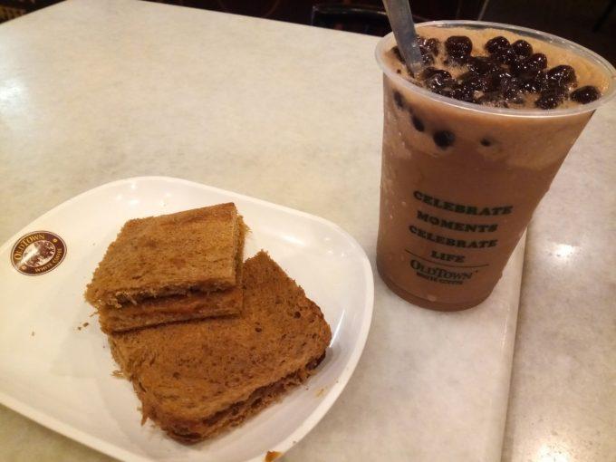 イポーのオールドタウンホワイトコーヒーのカヤトーストとコーヒーの写真