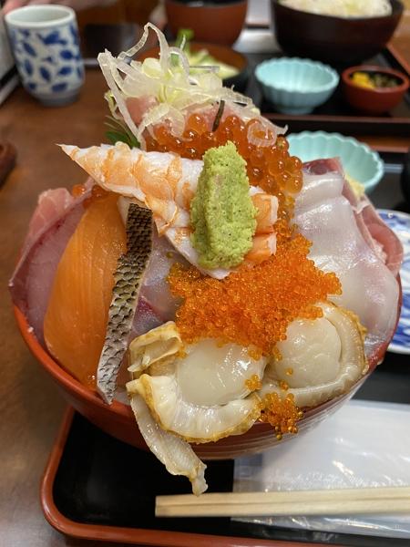 大黒スペシャル海鮮丼の盛り盛りな写真